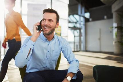 איש עסקים מדבר בטלפון