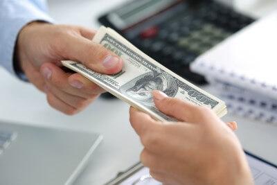 אדם מקבל הלוואה מהקרן החדשה להקמת עסקים קטנים ובינוניים