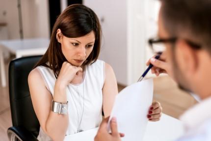שני אנשי עסקים דנים בנוגע להלוואה
