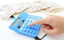 מחשבון ולצידו שטרות כסף