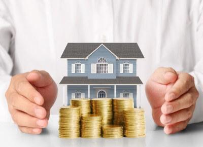 דגם של בית לצד מטבעות
