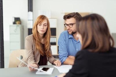 אנשי עסקים בפגישה לייעוץ תוכנית הבראה