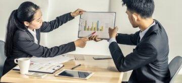 שני אנשי עסקים (גבר ואישה) בפגישה על סוגי הלוואות