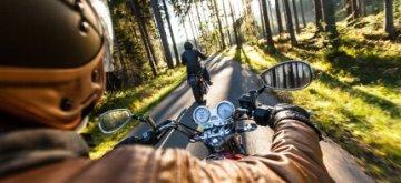 אדם נוסע על אופנוע