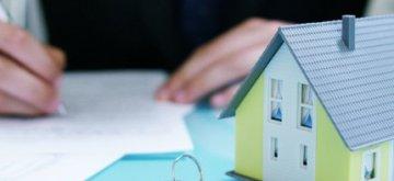 דגם של בית במחיר למשתכן לצד מפתחות
