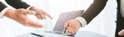 אנשי עסקים חותמים על טפסים לאשראי דוקומנטרי