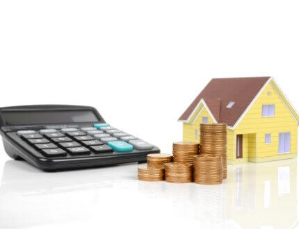 מחשבון, דגם של בית ומטבעות כסף