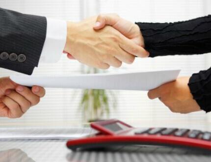 לחיצת ידיים של אנשי עסקים