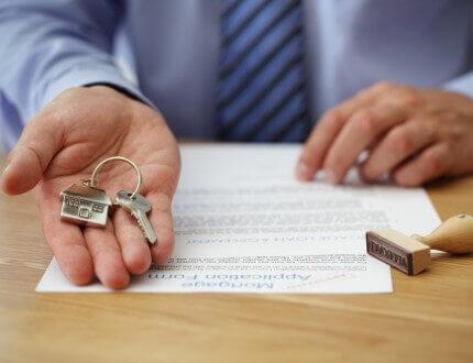 אדם מחזיק מפתח דירה שקיבל במסגרת מחיר למשתכן ראש העין