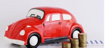 דגם קטן של רכב לצד מטבעות