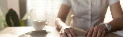 אישה חותמת על טופס הלוואה לעסק ותיק