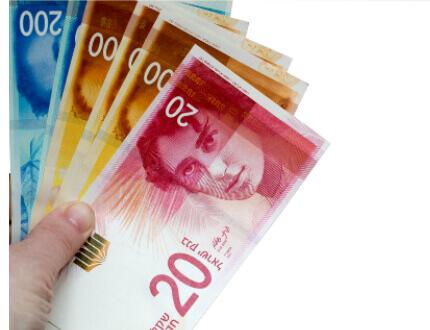 כף יד מחזיקה בשטרות כסף להלוואה