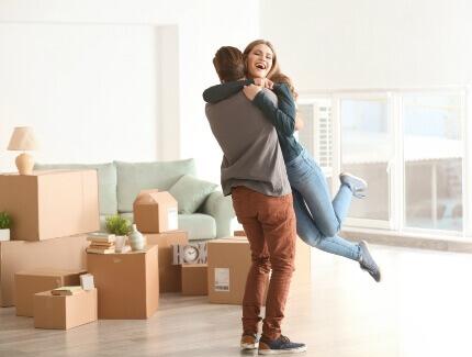 זוג צעיר בדירה שקיבל במסגרת מחיר למשתכן