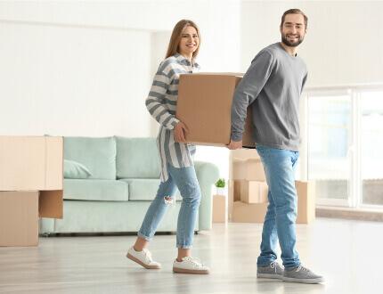 זוג צעיר בדירה שזכה במסגרת מחיר למשתכן