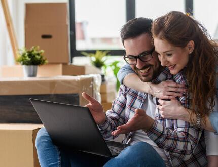 זוג צעיר בדירה שזכה במחיר למשתכן בטבריה