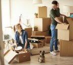 זוג צעיר בדירה שזכה בה במחיר למשתכן