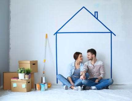 זוג צעיר בדירה
