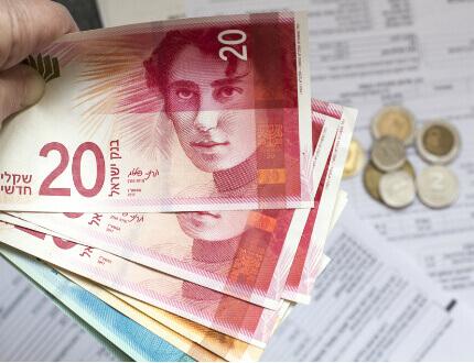 שטרות כסף ישראלי עם טפסים להלוואה