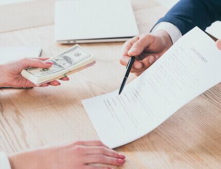 אדם חותם על טופס הלוואה מקרן השתלמות דש