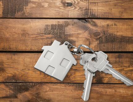 מחזיק מפתחות של בית קטן מחובר לצרור מפתחות