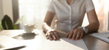אישה חותמת על טופס להלוואה
