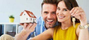 זוג צעיר מחזיק במפתח לדירה במסגרת מחיר למשתכן חיפה