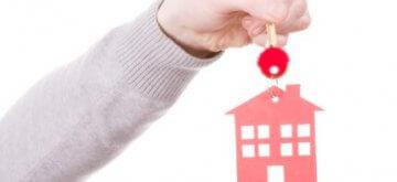 אדם מחזיק במפתחות לדירה במסגרת מחיר למשתכן חולון