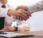 לחיצת ידיים לסגירת הלוואה בערבות המדינה בחברת ייעוץ משכנתאות